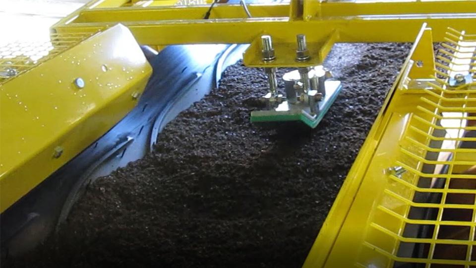 Mikroaalto anturi mittaa vaakakuljettimella virtaavaa kiviainesta.