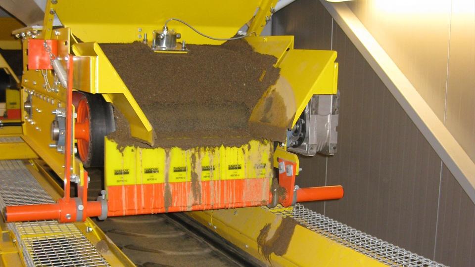 Mikroaalto anturi mittaa annosteluluukusta tai syöttimestä tulevaa kiviainesta