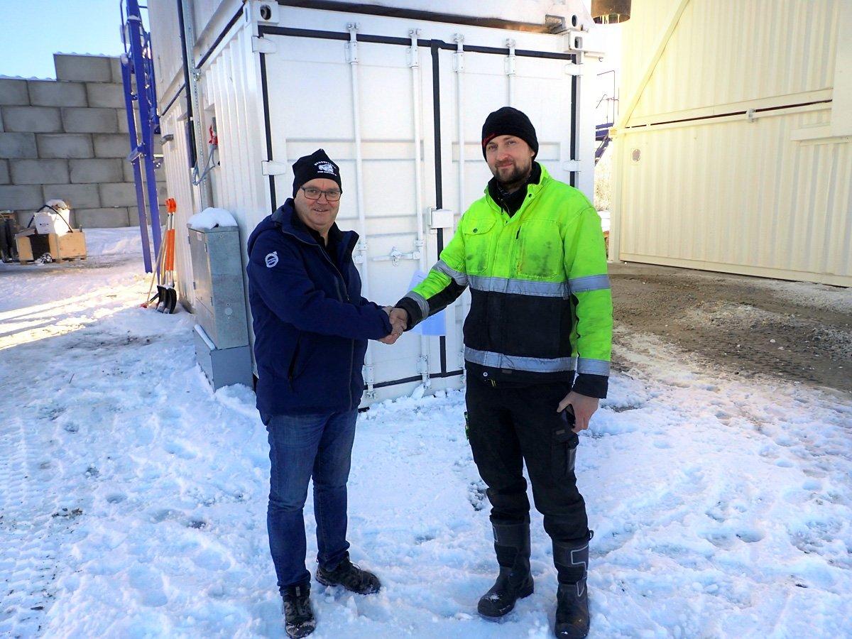 Johan Dahlren ja Tecwill oy:n asennusvalvonnasta vastannut Tuomas Karhapää kättelevät aseman luovutuksen yhteydessä.