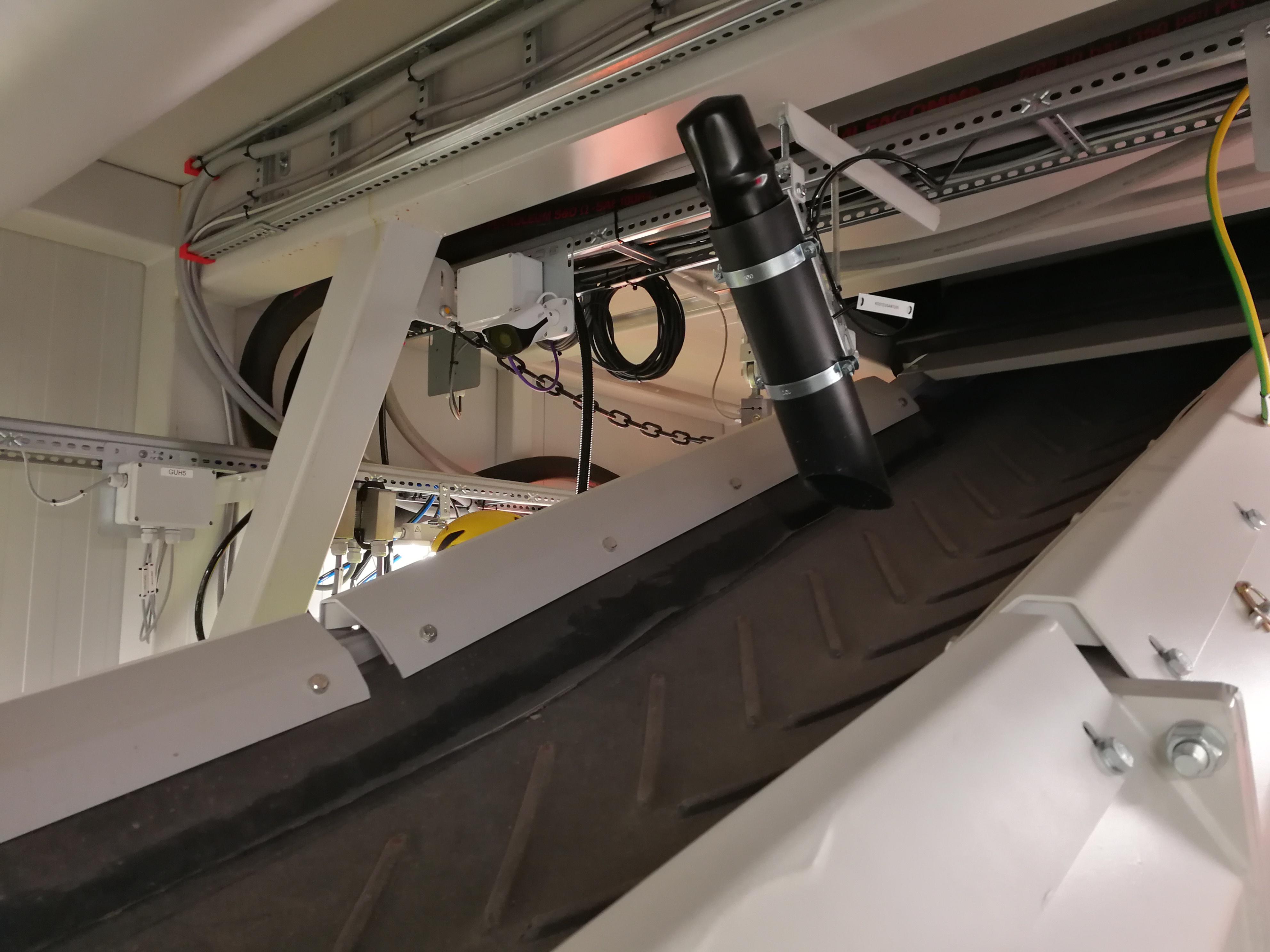 Agregate moisture measuring by optical sensor