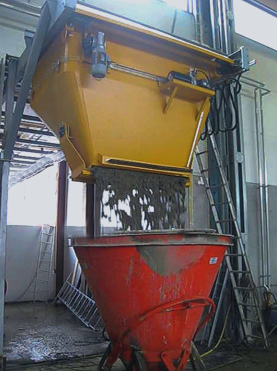 Conveying bucket